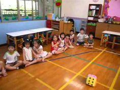 Dal fronte asiatico ci arriva un bellissimo esempio di come trasformare l'apprendimento scolastico in un gioco interattivo possa essere più coinvolgente ed efficacie! In questo caso il maestro suddivide i bambini in due squadre e lanciando un dado di gomma, dà inizio al gioco! Buon divertimento!