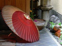 Ombrelle japonaise Wagasa à l'entrée de la maison