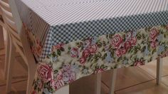 Linda Toalha de mesa fundo xadrez e barrado floral. Para servir um belo almoço, jantar ou um café da tarde com a família e amigos. Fazemos do tamanho e estampa de sua preferencia. Sewing Hacks, Sewing Tutorials, Applique Pillows, Table Linens, Table Runners, Valance Curtains, Tablescapes, Embroidery Designs, Decorative Boxes