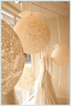 Una gran idea: cubrir globos de gran tamaño con encaje elástico. #decoracion…