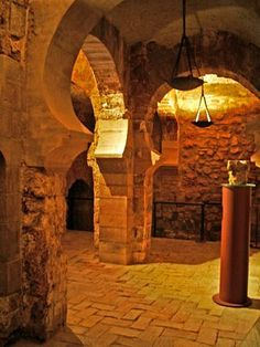 """""""Palacio de la Alfajería"""" (Zaragoza), La construcción del palacio —en su mayor parte realizada entre 1065 y 1081— fue ordenada por Abú Ya'far Ahmad ibn Sulaymán al-Muqtadir Billah, conocido por su título honorífico de Al-Muqtadir, (El poderoso), segundo monarca de la dinastía de los Banu Hud, como símbolo del poder alcanzado por la Taifa de Zaragoza en la segunda mitad del siglo XI."""
