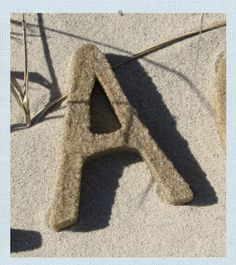 beach-decor-sand-letters-i would just spread a lot of craft glue in the letter, roll it in sand, then use a sealer Ocean Home Decor, Beach Cottage Decor, Lake Cottage Living, Coastal Living, Beach Crafts, Summer Crafts, Beach Themes, Beach Decorations, Beach Ornaments