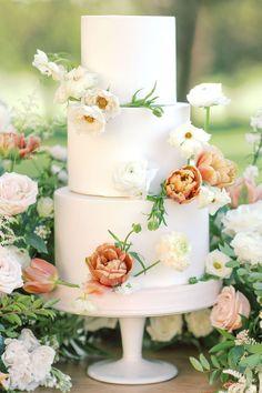 Classic garden wedding cake inspiration. Photo: @alicialaceyphoto Mod Wedding, Wedding Bride, Classic Garden, Garden Wedding Inspiration, Reception Table, Designer Wedding Dresses, Pillar Candles, Flower Designs, Wedding Cakes
