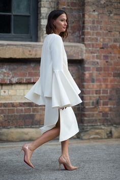 It's getting seriously CHIC down under! Photos: Harper's BAZAAR The post 29 Street Style From Australian Fashion Week appeared first on because im addicted. Moda Australiana, Street Style Chic, Street Style Outfits, Looks Style, Looks Cool, Style Me, White Fashion, Love Fashion, Womens Fashion
