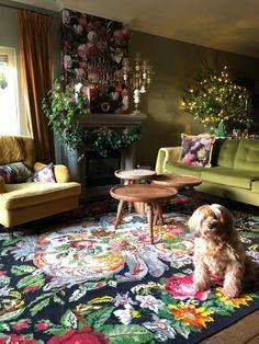 Blije klant (en hond) met deze rozenkelim in de woonkamer #merrychristmas #rozenkelim #opheffingsuitverkoop #kilim