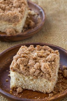 Classic New York Crumb Cake. Classic New York Crumb Cake just like the kind you would find in your favorite coffee shop, a tender cake topped with large chunks of cinnamon sugar goodness! Recipes Using Cake Mix, Cake Recipes, Dessert Recipes, Desserts, Breakfast Recipes, Breakfast Bites, Breakfast Casserole, Food Cakes, New York Crumb Cake Recipe