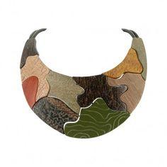 ¡¡Original collar donde los haya!! Collar estilo babero con estampado de camuflaje elaborado con diferentes tipos de maderas y ébanos http://www.tutunca.es/collar-babero-de-madera-nature-bijoux-camouflage