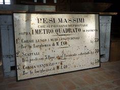 Interior design recupero antico cartello in metallo utilizzato per segnalare i carichi di peso massimi. in ottime condizioni, ha una dimensione di 130 cm x 90 cm. SESTINI E CORTI