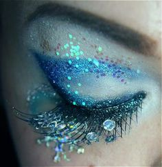 Another make up idea for Halloween for someone. Beautiful sparkly eye Make-up. Dew drops & fairy glitter, plus gorgeous peacock colors & iridescence. Mermaid Eyes, Mermaid Makeup, Fairy Makeup, Mermaid Glitter, Mermaid Hair, Mermaid Fantasy Makeup, Maquillaje Halloween, Halloween Makeup, Costume Halloween