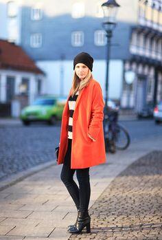 http://styleblog.hallhuber.de/fashion/hallhuber-streetstyle-o-shape-mantel#.UxBFNl6Zq1w