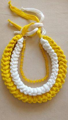 Collar de trapillo pluma y ojo de gato, tejido a crochet, cordon rumano. En breve en mi blog: www.buenosratoslola.blogspot.com