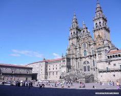 La Plaza del Obradoiro constituye el epicentro de Santiago de Compostela; tanto desde el punto de vista urbanístico como cultural, turístico o religioso. Más fotos e info en http://www.compostelavirtual.com/sitios-interes/praza-do-obradoiro-santiago-de-compostela-23.html