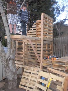 Treehouse Made From Pallets | Awesome Pallet Treehouse