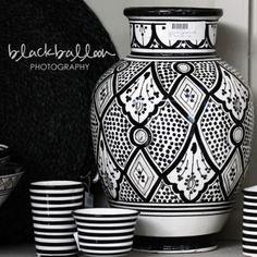 Méchant Design: black and white vase, moroccan style Moroccan Design, Moroccan Decor, Moroccan Style, Pottery Vase, Ceramic Pottery, Ceramic Art, Ceramic Painting, Black White Fashion, Black N White