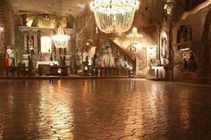 Mine de sel de Wieliczka, Pologne UNESCO, 9 niveaux et 300 km de galeries, exploité depuis le 13e siècle.  Chapelles avec des autels et des statues taillées dans ce matériau atypique.