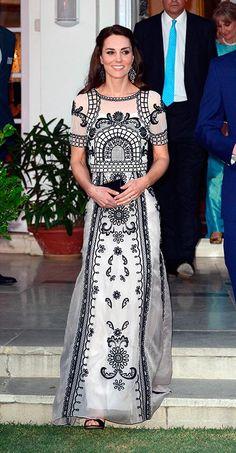 Celebración del 90º cumpleaños de la Reina, en Nueva Deli (India). Fecha: 11 de abril de 2016. 'Look': La Duquesa de Cambridge lució un conjunto de 'top' y falda en blanco con bordados en negro, de Temperley London. Como accesorios, sandalias de Gianvito Rossi y 'clutch' de Prada al tono de los bordados.  © Getty Images