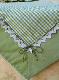 The kiwi green color of these fabrics makes this centerpiece fresh and youthful, ideal for a kitchen or a dining room in shabby chic style Sewing Hacks, Sewing Crafts, Sewing Projects, Quilt Patterns, Sewing Patterns, Quilt Border, Quilted Table Runners, Mug Rugs, Table Toppers