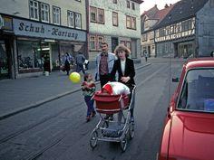 Im Bild eine Familie in Gotha im Februar 1990