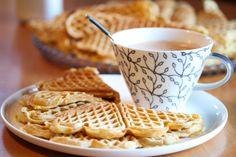 Med surmelk i vaffelrøren, blir vaflene ekstra myke og gode. Disse er i tillegg smaksatt med vaniljesukker.