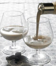 Denne whiskylikør er supernem at lave og smager rigtig godt Cognac Drinks, Espresso Martini, Spiritus, Cocktail Drinks, Cocktails, Cold Drinks, Irish Cream, Home Brewing, Food Hacks