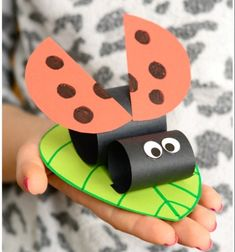 DIY Construction paper ladybug on a leaf - spring craft for kids // Katicabogár színes papírból - kreatív ötlet gyerekeknek // Mindy - craft tutorial collection // #crafts #DIY #craftTutorial #tutorial