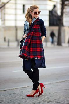 Krisztina Williams: Blogger Style: 5 Ways to Wear an Over-sized Blanket Scarf.  Flot mønstermix. De røde hæle er prikken over i'et.