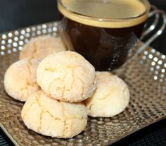 Amaretti Italian recipe -The Amaretti are an Italian gourmet treasure it … - DIY Christmas Cookies Desserts With Biscuits, Mini Desserts, Cookie Desserts, Just Desserts, Biscotti, Galletas Cookies, Biscuit Cookies, What To Cook, Italian Recipes
