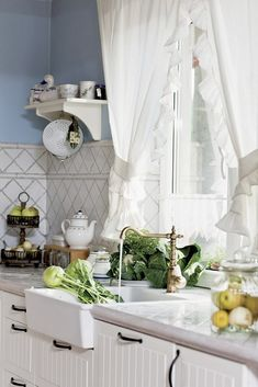 blue and white home decor in country house,country style home decor Flat Panel Cabinets, Home Kitchens, Small Kitchen Decor, White Home Decor, Kitchen Design, Kitchen Inspirations, Kitchen Decor, Country Kitchen, White Decor