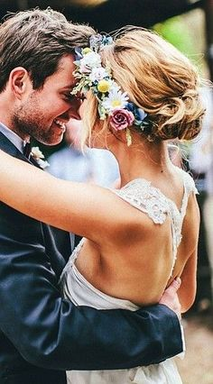 A headband of flowers adds a bohemian touch to your wedding dress.