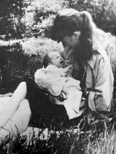 Sylvia Plath and daughter Frieda, 1960.
