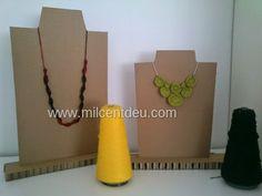 Expositor de collares con cartón reciclado.