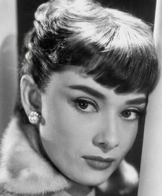 Audrey Hepburn photographed by Bob Willoughby, 1953 - Why did you have such a sad, desperate look on your face at that time? Audrey Hepburn Bangs, Audrey Hepburn Pictures, Audrey Hepburn Born, Hollywood Glamour, Hollywood Stars, Classic Hollywood, Old Hollywood, Marlene Dietrich, Brigitte Bardot