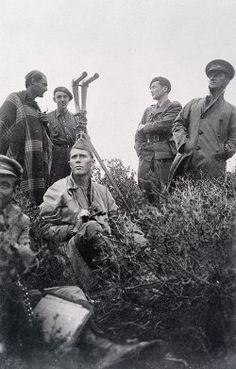 Spain - 1937. - GC - Six republican soldiers conducting exercise in brush, binoculars - 15. inter brigada