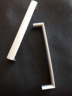 Hallo,  ich verkaufe hier 2 Möbelgriffe von Schwinn 6850.  Lochabstand: 16cm  Preis: 2,00€  Porto: 2,00€  Mit freundlichen Grüßen José Fernandez