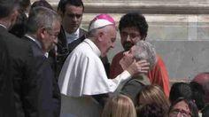 """Cidade do Vaticano, 25 mai (EFE), (Imagens:Jorge Ortiz).=. O papa Francisco pediu nesta quarta-feira, durante a Audiência Geral, que """"o coração dos que semeiam morte e destruição se transforme"""" ao lembrar dos últimos atentados na Síria.         O papa Francisco lembrou também durante a audiência geral que hoje é o Dia internacional dedicado às crianças desaparecidas, que é um """"dever"""" de todos protegê-las da exploração e dos abusos. IMAGENS EFE.  EFE TV - Madri - 14:18 GMT. Tags…"""