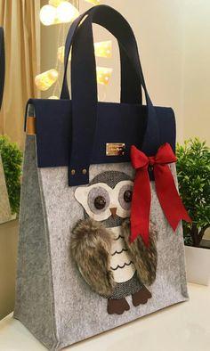 It reminds me of my felt flower bag. Owl Bags, Animal Bag, Diy Handbag, Felted Slippers, Craft Bags, Cute Bags, Handmade Bags, Bag Making, Purses And Handbags