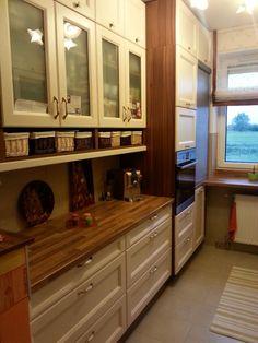 """Az asztalos furcsállta, hogy plafonig szeretnék konyha bútort csináltatni ebbe a kis konyhába, azért elkészítette, de nagyon meglepődött milyen szuper lett, és nem nyomja össze a konyhát. A lábazat helyére pedig rejtett fiókok lettek készítve."""" #otthon #lakás #lakberendezés #DIY #magyar #kreatív"""