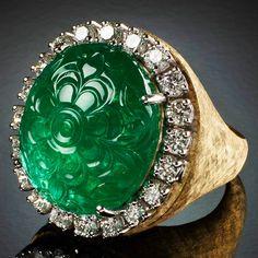 Veschetti - Anello in oro con smeraldo inciso di 26 ct. circa e diamanti.