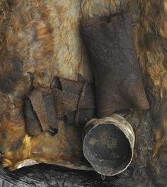 Menneskeofre?  I Egtvedpigens grav lå en bylt med de brændte knogler af et 5-6 årigt barn. På grund af Egtvedpigens alder, kan det ikke have været hendes eget barn. Måske er det et barn, der var blevet ofret? Fra en anden af bronzealderens kvindegrave kender vi også et muligt menneskeoffer.  Syd for Skelde på Broagerland i Sønderjylland blev en kvindegrav fra ældre bronzealder undersøgt i 1980'erne. Her fandt man liget af en kvinde med fornemt gravudstyr. I fodenden lå brændte knogler fra et…