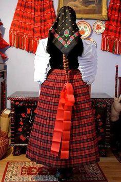 SZÉKI viselet Hungarian Embroidery, Modern Embroidery, Diy Embroidery, Traditional Fashion, Traditional Outfits, Folk Costume, Costumes, Montessori Art, Braided Line