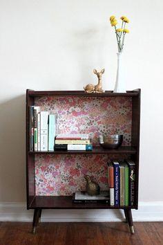Es muy sencillo forrar la trasera de algunos muebles y estanterías para decorarlas y darles una segunda oportunidad.
