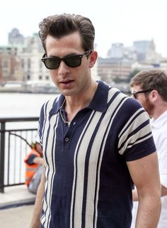 Poldark Style: 5 Fashions Inspired by Aidan Turner's Ross Poldark Mark Ronson dons a retro-inspired striped polo shirt as he films a television morning segment. Mark Ronson, Retro Outfits, Trendy Outfits, Vintage Outfits, Best Polo Shirts, Retro Fashion Mens, Polo Shirt Outfits, Polo Shirt Style, Rockabilly Mode