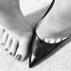A perfect fit. Beautiful Toes, Beautiful High Heels, Pretty Toes, High Heel Boots, High Heel Pumps, Pumps Heels, Flats, Christian Louboutin Nail Polish, Giuseppe Zanotti Heels