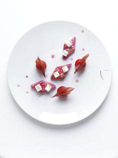 Les recettes de Yannick Alleno http://www.vogue.fr/culture/a-voir/diaporama/yannick-alleno-parisian-touch-double-gagnant/16316/image/882038#quot-rhubarbe-rotie-en-croute-de-sucre-billes-moelleuse-a-la-verveine-quot-extrait-du-livre-ma-cuisine-francaise-de-yannick-alleno