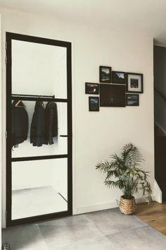 Houten frame deur stalen look Wooden frame door with a steel look and feel door Steel Doors, Cozy House, Entryway Decor, New Homes, Diy Projects, Indoor, House Design, Interior, Furniture