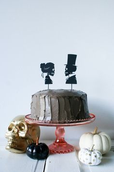 Halloween Skeleton Silhouette Cake Toppers made with Cricut Explore -- Legal… Spider Cake, Spider Cupcakes, Ghost Cupcakes, Cupcake Cakes, Halloween Cakes, Halloween Party, Halloween Christmas, Halloween Ideas, Black Cupcakes