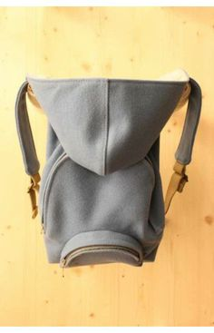 FOR KIDS, but too good not to pin! This is so well thought about! A backpack with a hoodie for kids. The material, called burel, is highly resistant and durable. Sewing Kids Clothes, Sewing For Kids, Modern Kids Toys, Hoodie Brands, Kids Bags, Kids Backpacks, Summer Kids, Baby Love, Leather Backpack