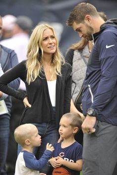 Jay Cutler talks with his wife Kristin Cavallari and his sons Jaxon and Camden before a Bears game at Soldier Field on Oct. 16, 2016.
