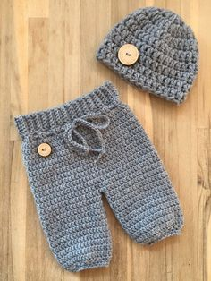 poppenkleertjes breien of haken & Bing images Knitting Dolls Clothes, Crochet Baby Clothes, Newborn Crochet, Doll Clothes, Crochet Dog Patterns, Baby Boy Knitting Patterns, Baby Knitting, Baby Set, Baby Born Clothes