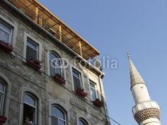 Minarett neben einem Altbau mit Dachterrasse in Istanbul Beyoglu am Bosporus in der Türkei